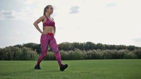 Adelgace a la mujer atlética que hace estocada y posiciones en cuclillas frontales