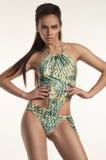 Adelgace a la mujer atractiva bronceada en traje de baño Imagen de archivo