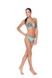 Adelgace a la mujer bronceada en bikini azul Foto de archivo
