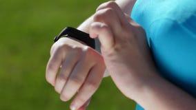 Adelgazar el basculador de la mujer que usa la pulsera de la aptitud almacen de metraje de vídeo