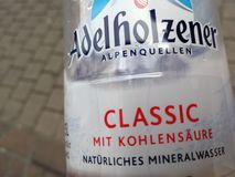 Adelholzener buteljerade vatten arkivfoton