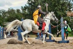 Adeln Sie auf dem Pferd Lizenzfreie Stockfotos
