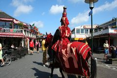 adeln Sie auf Pferd in der Straßenansicht in Renesse Stockfoto