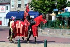adeln Sie auf Pferd in der Straßenansicht in Renesse Lizenzfreies Stockbild