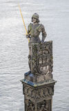 Adeln Sie Brunswik mit Klinge und Schild von ältesten Plätzen in Prag Statuen unter Charles Bridge in Prag Stockfotos