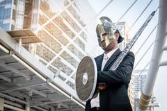 Adeln Sie den Geschäftsmann, der eine Helm- und Stahlklinge trägt Stockfotos