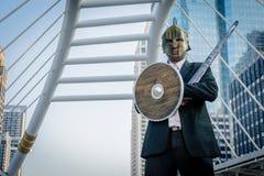 Adeln Sie den Geschäftsmann, der eine Helm- und Stahlklinge trägt Lizenzfreies Stockbild