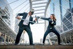 Adeln Sie kämpfenden Krieg der Geschäftsmann- und Boxergeschäftsfrau auf Stadt Lizenzfreie Stockfotografie