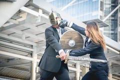 Adeln Sie kämpfenden Krieg der Geschäftsmann- und Boxergeschäftsfrau auf Stadt Lizenzfreie Stockfotos