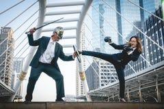 Adeln Sie kämpfenden Krieg der Geschäftsmann- und Boxergeschäftsfrau auf Stadt Stockbilder