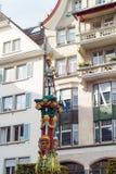 Adeln Sie mit Klinge von Fritschi-Brunnen, Luzerne, die Schweiz Stockfotos