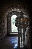 Adeln Sie ` s Rüstung gegen den Hintergrund der Backsteinmauern eines alten Schlosses Lizenzfreie Stockfotografie