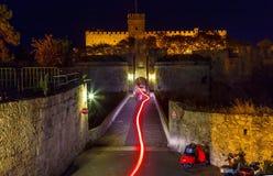 Adeln Sie Schloss nachts mit der Spur von Motorradscheinwerfer Rhodos-Insel Lizenzfreie Stockfotografie