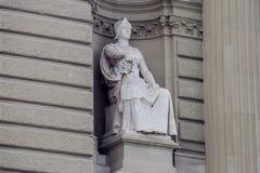 Adeln Sie Sculpture mit einer Klinge, die auf dem Thron sitzt Stockbild