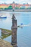 Adeln Sie Statue auf Charles Bridge über die Moldau-Fluss in Prag Lizenzfreie Stockbilder