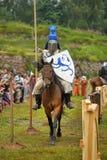 Adeln Sie Sturzhelm und Schild zu Pferd durch das Turnier Lizenzfreie Stockbilder