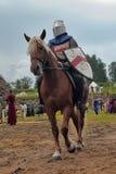Adeln Sie Sturzhelm und Schild zu Pferd durch das Turnier Lizenzfreies Stockbild