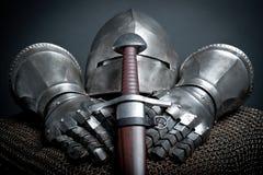 Adelt Rüstung mit Sturzhelm, Kettenhemd, Handschuhe Lizenzfreie Stockfotografie
