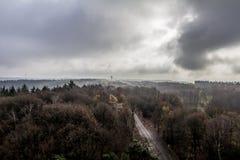 Adembenemend beeld van een onweer met nevel over de bomen op de horizon stock foto's