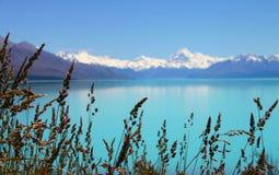 Adembenemend bergmeer Stock Foto