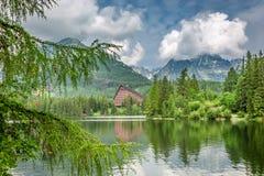 Adembenemend bergmeer in Strbske Pleso in de zomer royalty-vrije stock foto