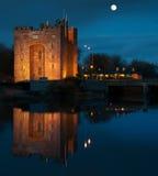 Adembenemend bunratty kasteel in Ierland bij nacht Stock Foto's