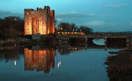 Adembenemend bunratty kasteel Ierland bij nacht Royalty-vrije Stock Foto's