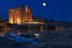 Adembenemend bunratty kasteel Ierland bij nacht Royalty-vrije Stock Afbeeldingen