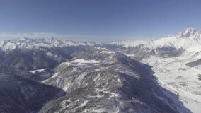 Adembenemend de winterlandschap van sneeuw afgedekte heuvels, hout, mooie bergen stock footage