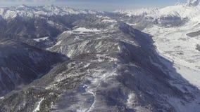 Adembenemend de winterlandschap van sneeuw afgedekte heuvels, vallei, mooie bergen stock videobeelden