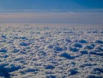 Adembenemend die beeld van de wolken van een vliegtuig worden gezien stock afbeelding