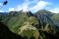 Adembenemend die satellietbeeld van de citadel van Machu Picchu Incan van de berg van Huayna Picchu, Cusco-Gebied, Peru wordt gez stock afbeeldingen