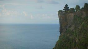 Adembenemend gezicht van hoge klip met de tempel op zijn hoogste en eindeloze Indische Oceaan Panoramische scène van hoge berg stock video