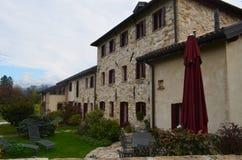 Adembenemend huis met het grote steenwerk stock afbeeldingen