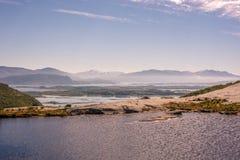 Adembenemend landelijk berglandschap met overzees royalty-vrije stock foto's