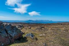 Adembenemend landelijk berglandschap met overzees en platteland in de afstand Voor inspirational en motievenc zou kunnen worden g stock foto