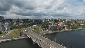 Adembenemend landschap van daken, brug, rivier en straten in grote stad stock video