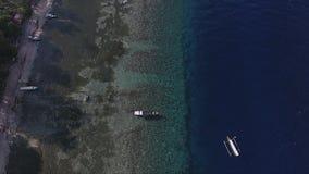 Adembenemend landschap van eiland met palmen, leuke kustlijn en boten stock videobeelden