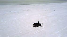 Adembenemend luchtschot van opgewekt paar die van minivan auto opstappen om landschap van de het meerwoestijn van Bonneville te g stock videobeelden