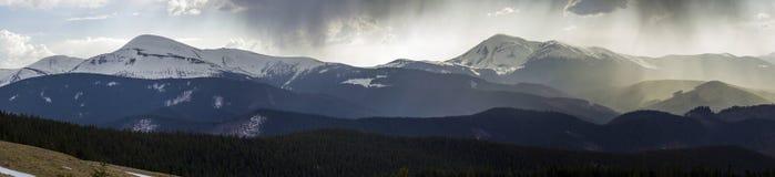 Adembenemend panorama van prachtige mistige Karpatische moun royalty-vrije stock fotografie