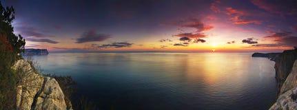 Adembenemend panorama van zonsondergang boven het overzees stock afbeelding