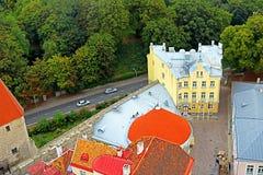 Adembenemend satellietbeeld van gebouwen dichtbij de St Olav Church klokketoren, Tallinn, Estland royalty-vrije stock afbeelding