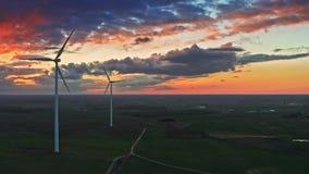 Adembenemend satellietbeeld van windturbines op gebied met bij schemer stock videobeelden