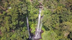 Adembenemend schot van hierboven op ontzagwekkende waterval die diep in de wildernis, plaats wordt verborgen om met het wild opge stock video
