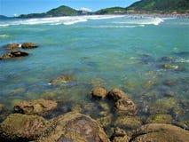 Adembenemend strand in Ubatuba, de staat van Sao Paulo, in Brazilië stock foto's