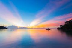 Adembenemende kleurrijke zonsondergang op tropische overzees, Thailand royalty-vrije stock fotografie