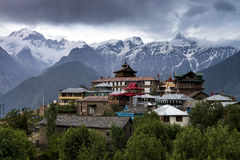 Adembenemende landschapsmening van Kalpa-gebied van Kinnaur Kailash, landelijk dorp met het terrein van bergpieken, Himachal Prad stock afbeeldingen