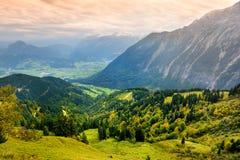 Adembenemende lansdcape van bergen, bossen en kleine Beierse dorpen in de afstand Toneelmening van Beierse Alpen met het meest ma Stock Afbeelding