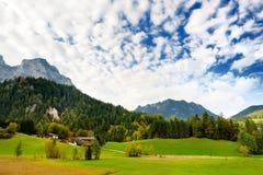 Adembenemende lansdcape van bergen, bossen en kleine Beierse dorpen in de afstand Toneelmening van Beierse Alpen met het meest ma Royalty-vrije Stock Fotografie