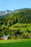 Adembenemende lansdcape van bergen, bossen en kleine Beierse dorpen in de afstand Toneelmening van Beierse Alpen met het meest ma Stock Fotografie